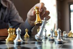 将死手特写镜头照片在一杆棋枰的在下棋比赛期间企业胜利战略的概念赢得intellige 免版税库存图片