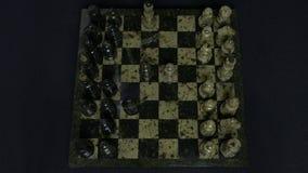 将死 下棋比赛的开始,图排队,并且人采取第一行动 移动骑士棋的手 免版税图库摄影