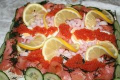 将特制的糕饼夹在中间用虾,三文鱼,鱼子酱,黄瓜等等 免版税库存照片