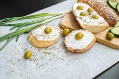 将自创夹在中间用乳酪调味料、橄榄和黄瓜 免版税库存照片