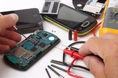 将被修理的智能手机和手机 免版税库存照片