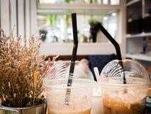 将被吃的冷的饮料玻璃在与干燥褐色f的边安置了 库存图片