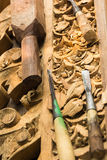 将被雕刻的工具和木头 库存图片