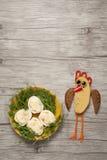 将鸡夹在中间并且镀用在桌上的鸡蛋 库存照片