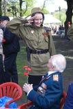 尊敬军事的少妇 胜利天庆祝在莫斯科 免版税库存图片
