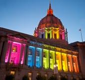 尊敬同性恋者权利的彩虹光的旧金山香港大会堂 免版税库存照片
