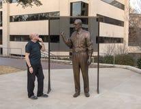尊敬唐纳德韦恩Seldin MD,达拉斯,有从前的学生的得克萨斯的古铜色雕象 免版税库存图片