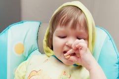 小一岁的女婴吃着 免版税库存图片
