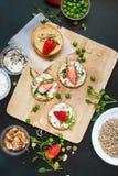 小三明治酸奶干酪草莓种子 免版税图库摄影
