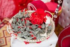 小不可思议的灯 在真实的Aladin样式的美丽的古色古香的金属灯 在碗的金属灯 无刺指甲花党 图库摄影