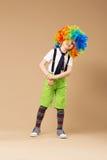 小丑假发跳舞和有乐趣的小男孩 免版税库存图片