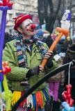 小丑做气球动物和卖 免版税库存照片