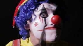 小丑做面孔与轴的切口运动 股票视频