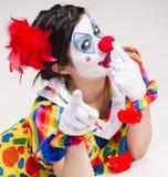 小丑叫喊紧密画象聪慧的美丽的女性执行 免版税库存图片