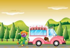 小丑和桃红色冰淇凌公共汽车 库存照片