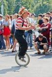 小丑在单一轮子自行车执行 免版税图库摄影