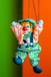 小丑在明亮的背景的木偶玩具 库存照片