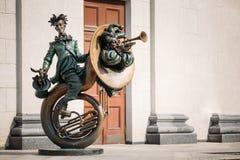 小丑在白俄罗斯语状态附近的杂技演员雕塑 库存图片