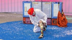小丑在他的腿上把医疗绷带放 股票视频