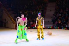 小丑小组表现在冰的莫斯科马戏在游览中 免版税图库摄影