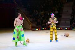 小丑小组的行动在冰的莫斯科马戏在游览中 免版税库存照片