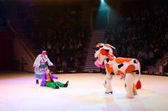 小丑小组表现在冰的莫斯科马戏 免版税图库摄影