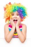 小丑的女孩拿着空白的横幅 免版税图库摄影