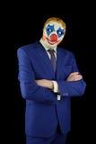 小丑的衣服和面具的人 免版税库存图片