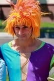 小丑的Portret有红色滑稽的假发的 免版税库存图片
