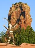 小丑舞蹈家和红色小山尖顶 库存照片
