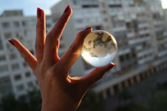 小世界到人的手里 免版税库存图片