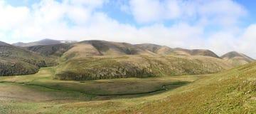 小丘和河的谷全景在海岛上的  免版税库存照片