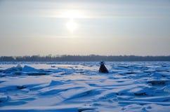 小丘和浮体在河在冬天在太阳下 库存图片