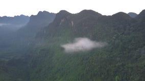 小云彩在高山范围中森林垂悬 股票录像