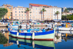 小五颜六色的木渔船,可西嘉岛 免版税库存照片