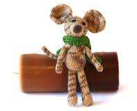 小五颜六色的knited聪慧的儿童的玩具在gre的老鼠模型 库存照片