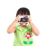 小亚裔女孩拍照片 免版税图库摄影
