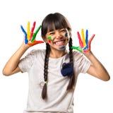 小亚裔女孩用她的在油漆的手 库存图片
