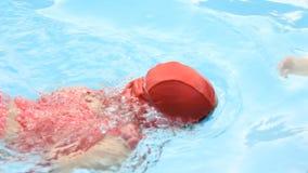 小亚裔孩子实践游泳与她的母亲 股票录像