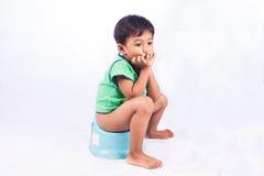 小亚裔男孩排粪 免版税图库摄影