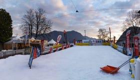 小人为滑雪倾斜 库存图片