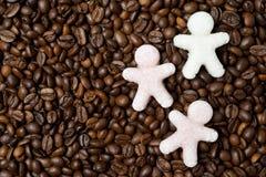 以小人的形式多彩多姿的糖咖啡豆的 库存图片