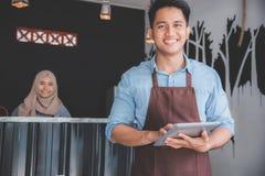 小企业主在他的咖啡店 库存图片
