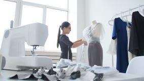 小企业和小生产的概念 年轻俏丽的裁缝妇女在车间缝合衣裳 股票视频