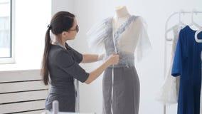 小企业和小生产的概念 年轻俏丽的裁缝妇女在车间缝合衣裳 股票录像