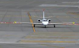 小企业在跑道的喷气机飞机 免版税库存照片