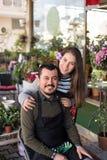 小企业概念 微笑的卖花人夫妇 库存图片