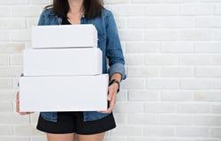 小企业概念 拿着纸板箱的妇女 免版税库存照片