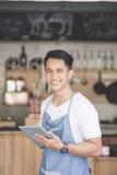 小企业主在他的咖啡店 图库摄影