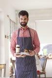 小企业主服务咖啡 免版税库存照片